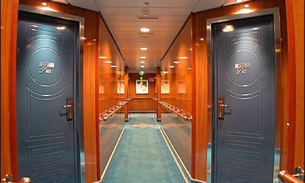 Treverk og dype farger i gangen som fører til skipets fineste lugarer.
