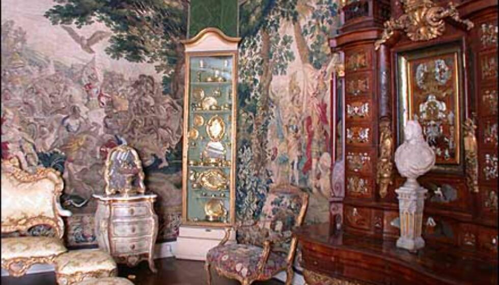 Et rom dekorert med vakre gobeliner.