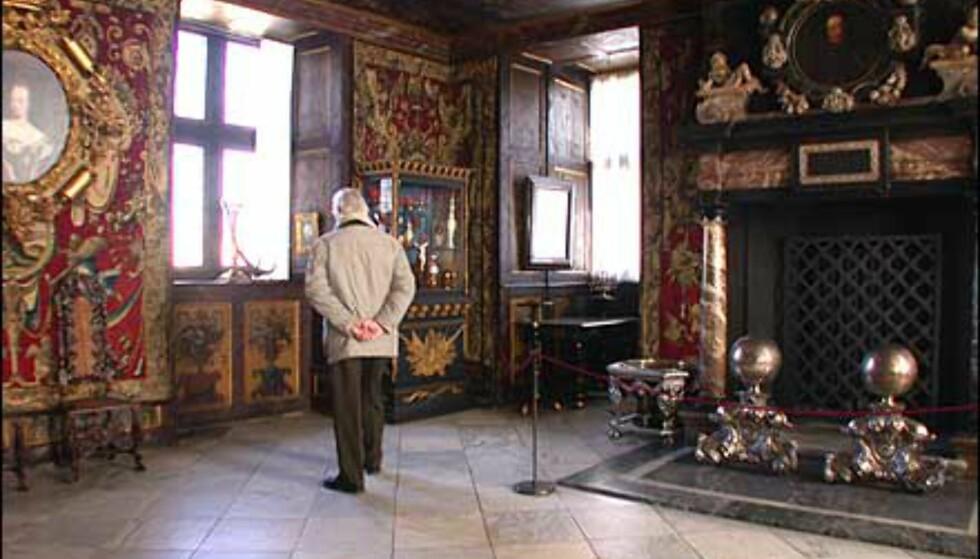 Merk størrelsen på peisen i dette rommet på Rosenborg.