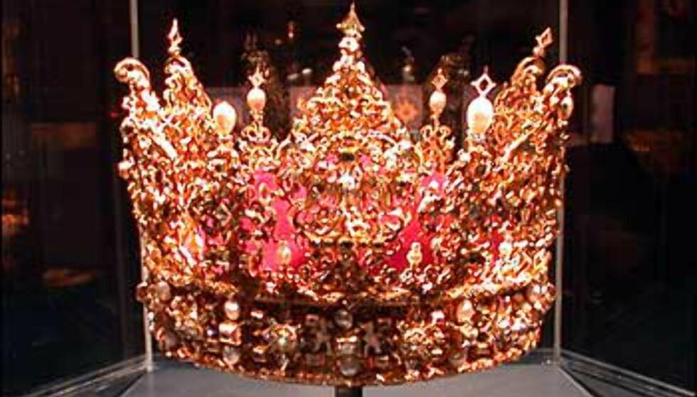 En tredje krone, med stående tagger og perledekor.