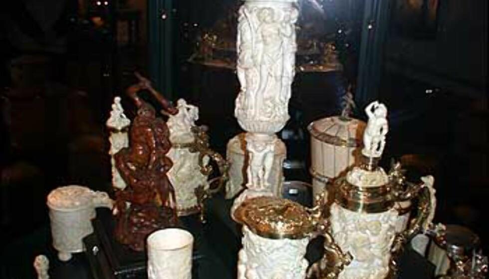 Kunstnerisk utførte elfenbensgjenstander.