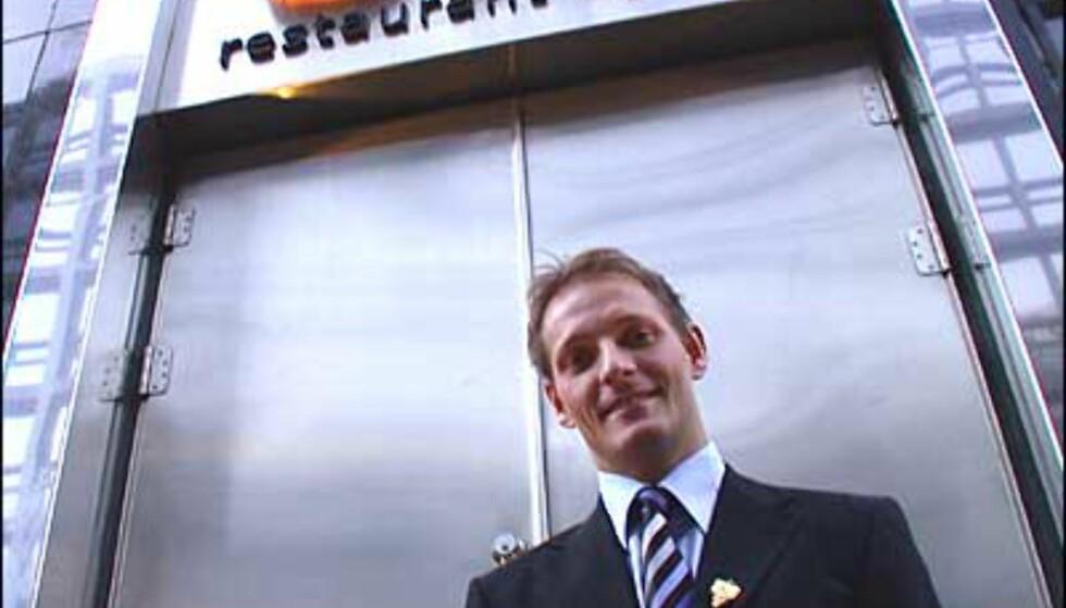 Restaurantsjef Thomas Jakobsen ønsker velkommen til Oro.
