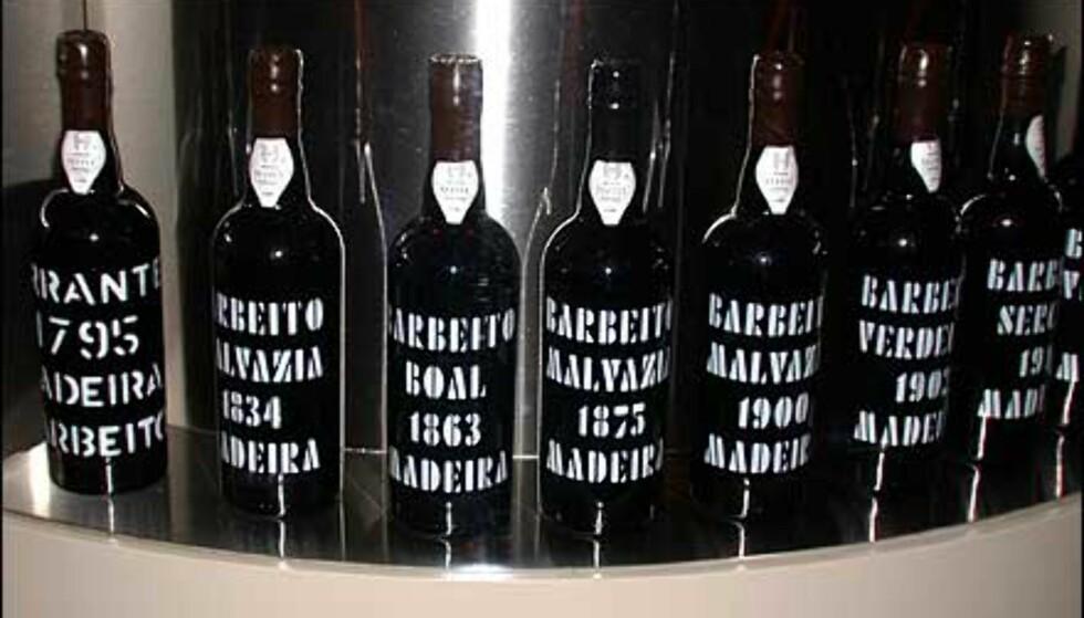 Bardisken er dekorert med velkjente flasker. Her er husets eldste i dummyutgave - en madeira fra 1795. Vil du smake på varene, må du ut med 24.495 per flaske ...