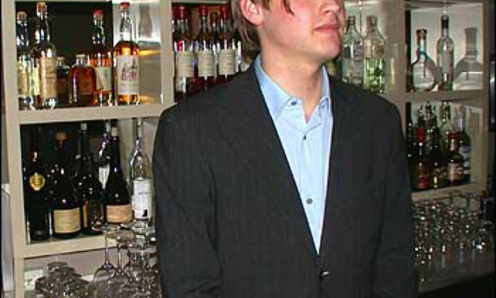 Bartender Kai Lyche vokter Oros bar, Plata.