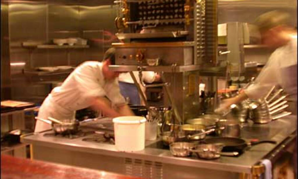 Åpent kjøkken på Oro - gjestene i restauranten har stort sett fritt innsyn i kjøkkenavdelingen.