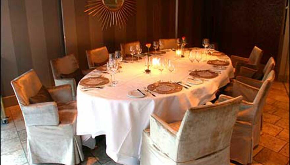 I restaurantens Chambre Separé kan større grupper sitte i fred for resten av gjestene, med store vinduer mot gaten.