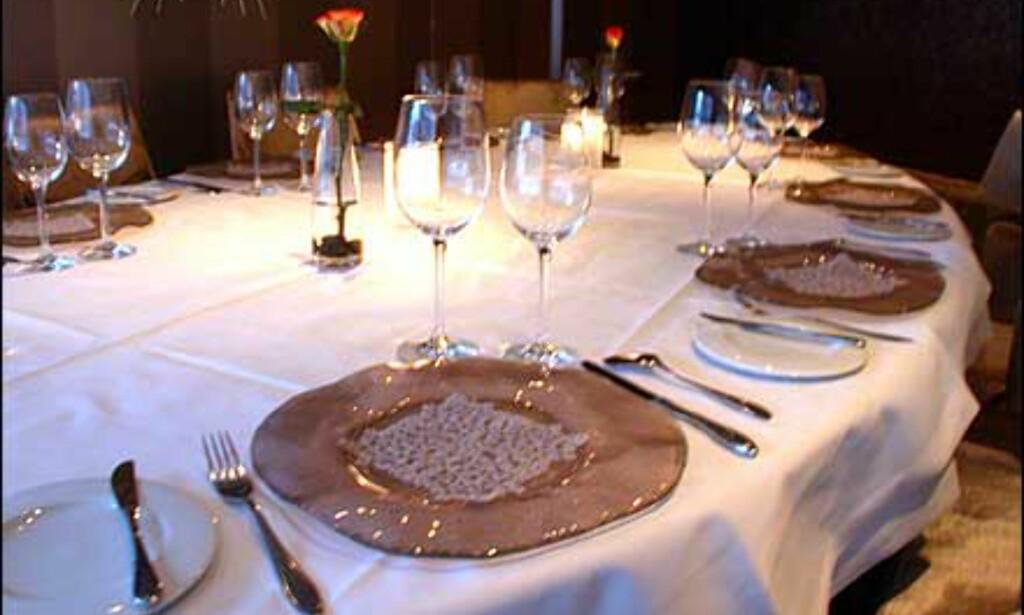 Bordet i Chambre Separé dekket med glass og kniplinger.