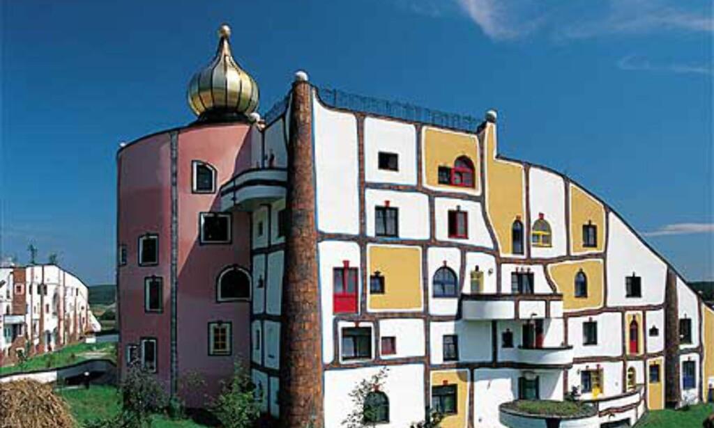 Kraftige farger, gullforgylte kupler og vinduer i ulike fasonger preger fasadene. Foto: Rogner Bad Blumau
