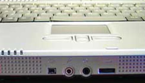 Firewire og lydinngang/utgang, samt hjul for justering av lyden, er praktisk plassert i fronten.