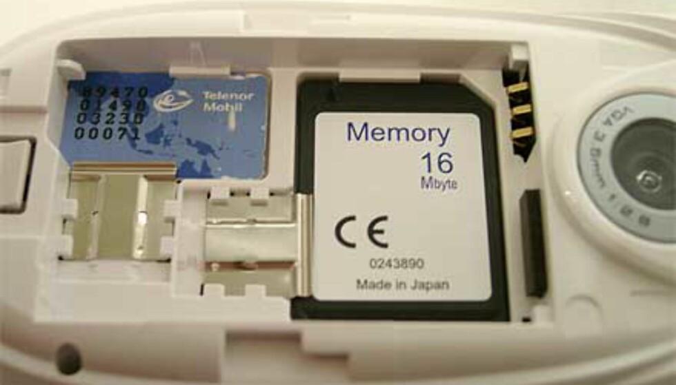 Det er litt vrient å få ut minnekortet