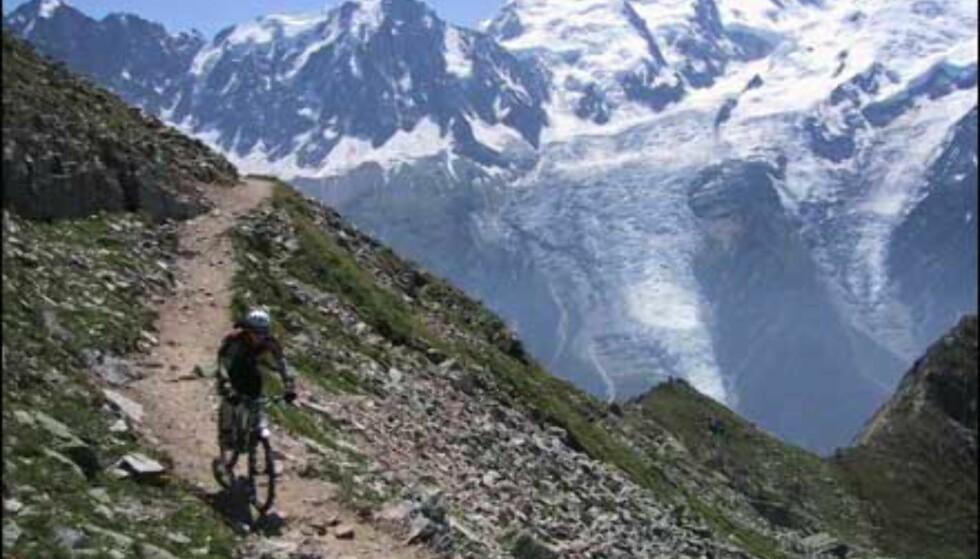- På terrengsykkel ned fra 2500m høye Brevent i Chamonix i august 2001. Mont Blanc (4807m) i bakrunnen.  Innsender og fotograf: Christian Løverås Foto: Christian Løverås
