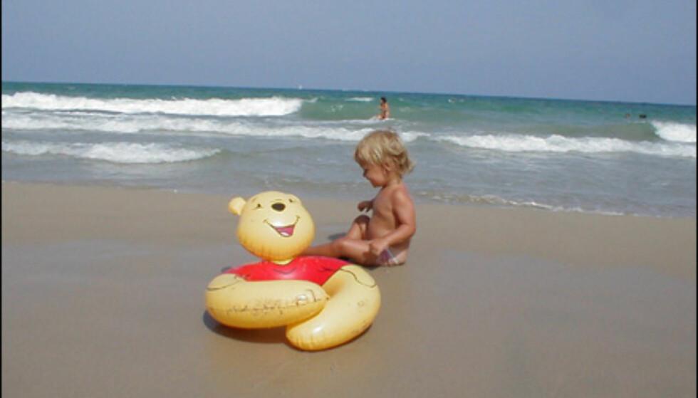 Innsender og fotograf, Ruben Haga:  - Vår datter på stranden i nærheten av Torrevieja sommeren 2002. Hun er 18 måneder på bildet og koser seg med sin store helt Bombom (les Ole Brum). Foto: Ruben Haga