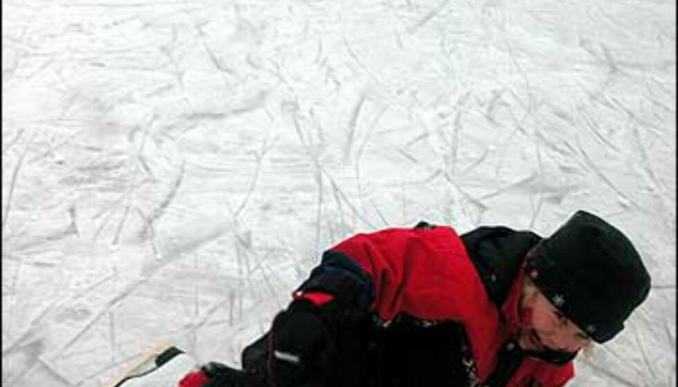 Fotograf Heidi Rahm forteller: Vinterglede er å være på is for første gang, knall og fall gjør ingenting for Jenny Alexandra på 4 år fordi det er så gøy. Men, mamma og pappa går for å kjøpe hjelm slik at neste isutfoldelse skal bli mer sikker. Foto: Heidi Rahm