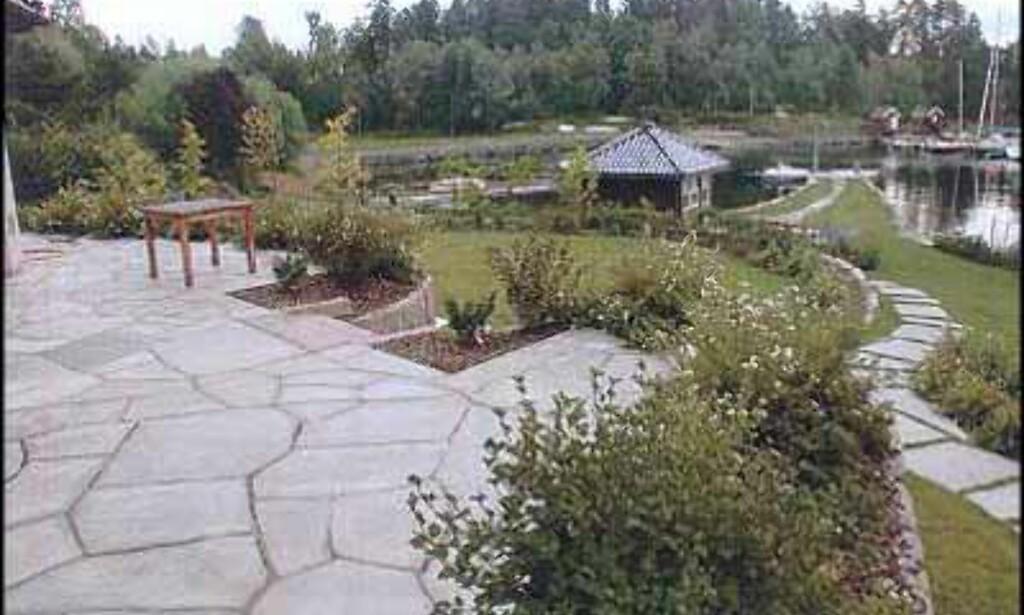 Hyggelig hage med vann! (Samme bolig som de to foregående bildene) (A Megler).