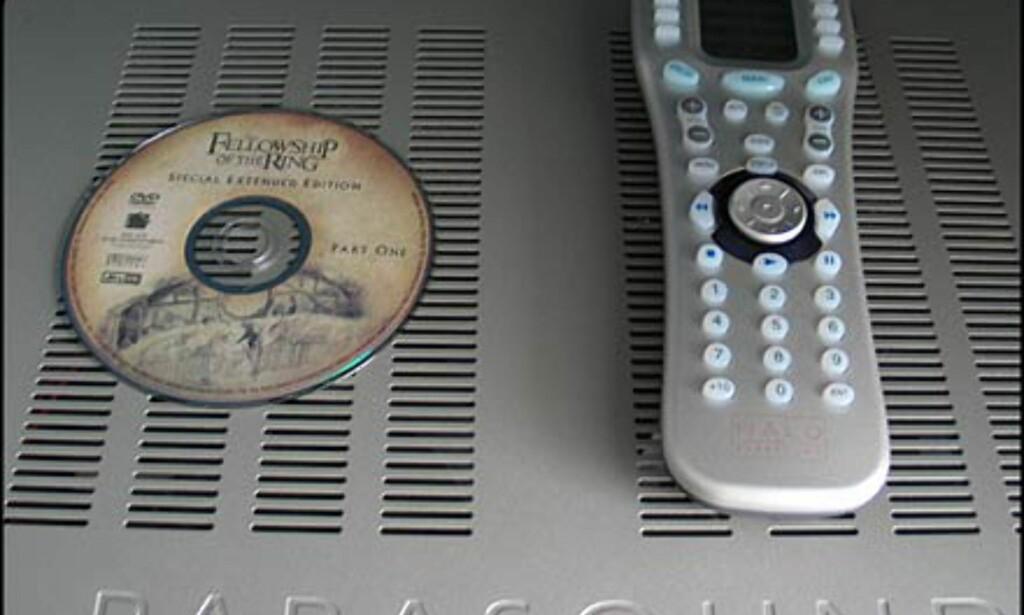Størrelsen på den store fjernkontrollen vises godt ved å sammenligne med en DVD-plate.
