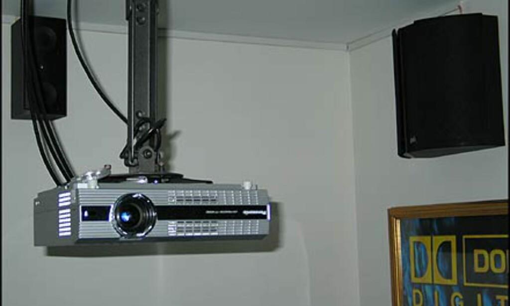 Prosjektor, såvidt en av bakcenter-høyttalerne, og en av de bipolare surroundhøyt.