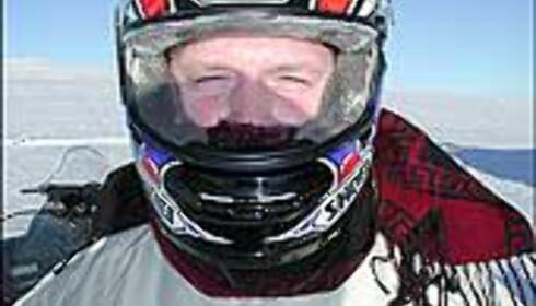 Hjelmen beskytter hodet - både ved fall og mot isnende kulde.
