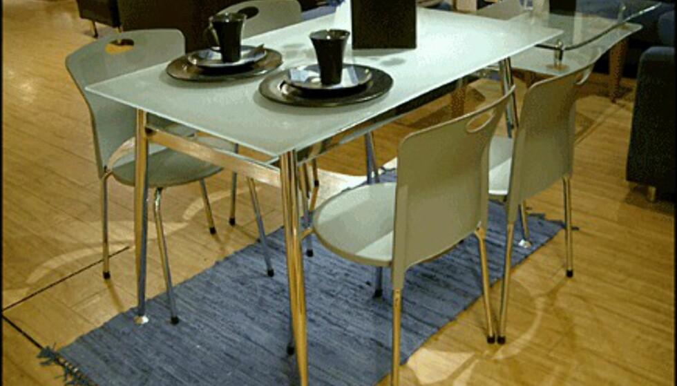 Spisebordet Mona koster bare 1.995 kroner - inkludert de fire stolene (Skeidar).