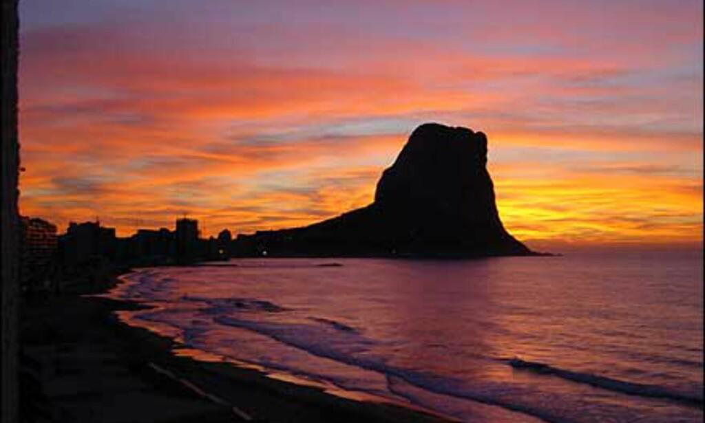 Denne klippen, Peñon, er et velkjent landemerke på Costa Blanca i Spania. Bildet fra Calpe er fotografert av Sigbjørn Husebø. Foto: Sigbjørn Husebø
