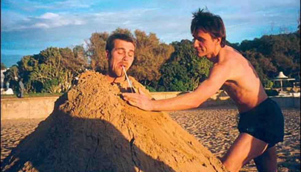 Guttetur til Marokko: Et veddemål har sikret Anders full sanddekning. 12 kubikk sand og 2,5 time tok det å begrave ham stående. Bildet er sendt inn av Morten Fahlvik. Foto: Morten Fahlvik
