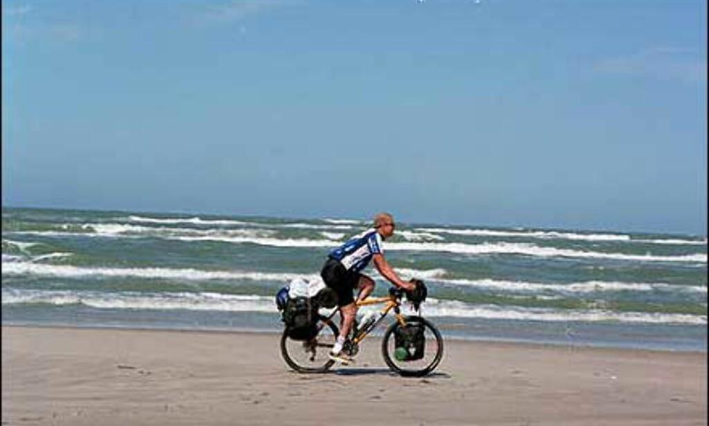 Charlotte Rasmussen og kjæresten syklet fra tyskegrensen til Skagen i fjor sommer. Bildet er fra en strand mellom Blokhus og Løkken. Foto: Charlotte Rasmussen