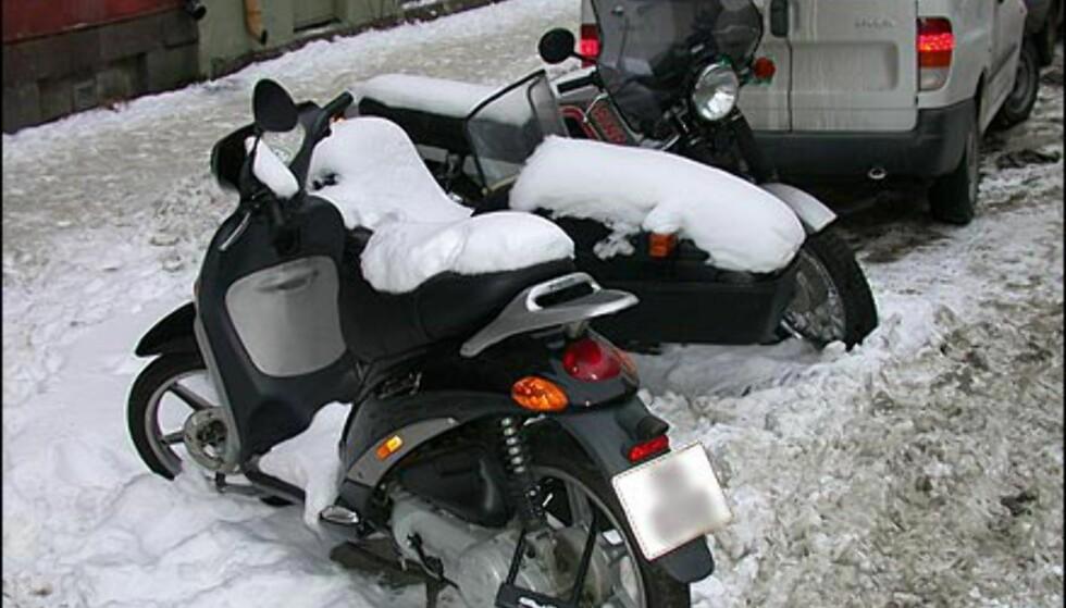 FOR KALDT: Det er ikke alle som setter tohjulingene i garasjen om vinteren. Men med de siste ukenes temperaturer i Oslo-området, er det nok ikke spesielt fristende å kjøre verken moped eller motorsykkel, noe snøen på salene vitner om.