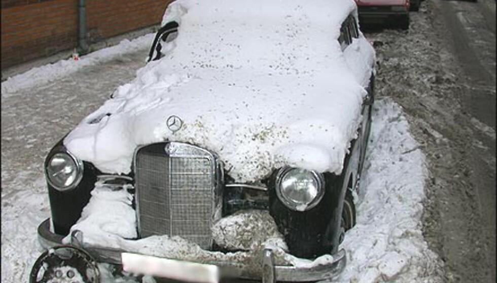VETERAN: Heller ikke denne Mercedesen er noen ungdom lenger og burde nok sluppet å stå gateparkert om vinteren. Legg merke til sprutmerkene andre biler har påført den fornemme veteranen.