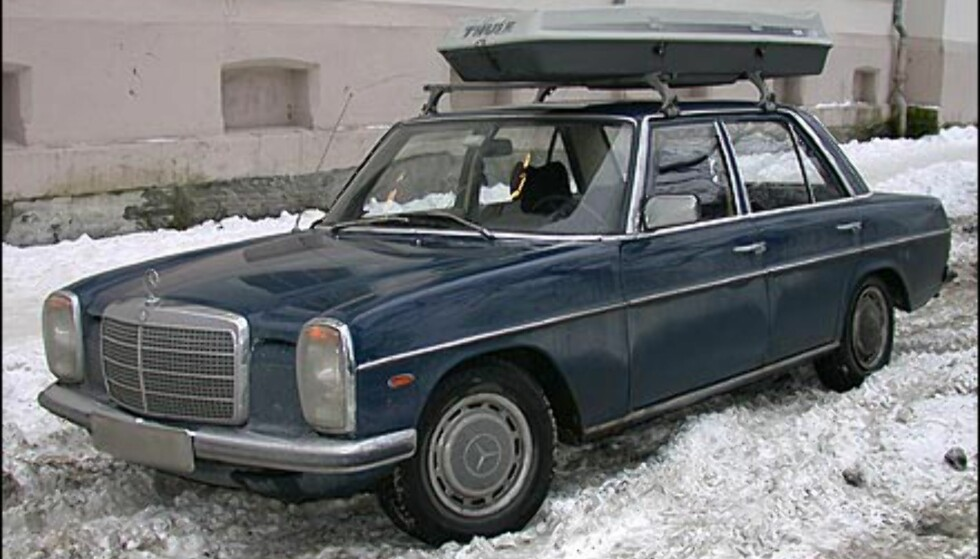 FØRSTE GENERASJON SKIBOKS: Også denne Mercedesen ser nok frem til pensjonisttilværelsen. Eieren var nok blant de første her i landet som anskaffet skiboks. Ikke spesielt matchende, men sikkert nyttig.