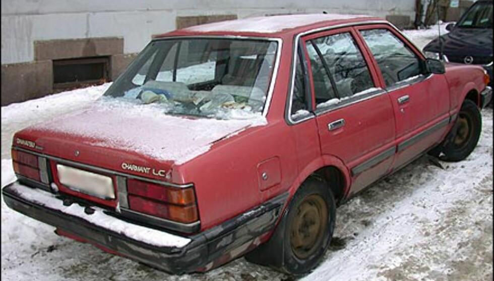 INGEN STORSJARMØR: Daihatsu Charmant var kanskje sjarmerende da bilen var splitter ny. Sjarmen har imidlertid falmet med årene.