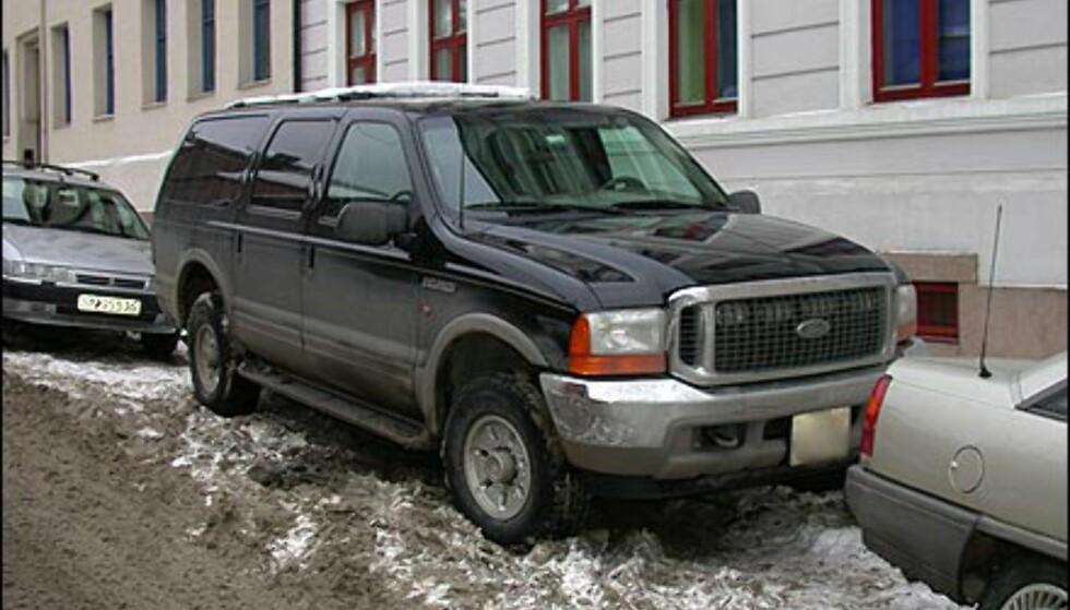 EGOBIL 1: Apropos parkeringsplasser. Denne bilen, en Ford Excursion, bruker cirka like mye plass på å parkere som to småbiler. I tillegg forurenser den omtrent som en lastebil, noe som førte til at den den ble tildelt Exxon Valdez-prisen da den ble lansert i USA.