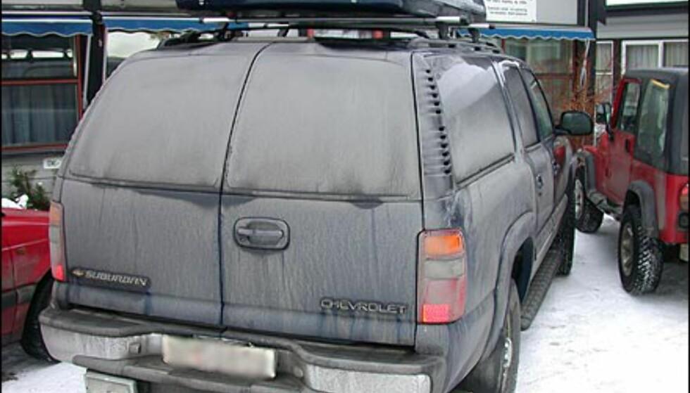 EGOBIL 2: Også denne bilen, en Chevrolet Suburban, er blant de minst hensynsfulle bilene man kan kjøre, både når det gjelder plassopptak og forurensing. Legg forresten merke til at eieren bruker 1.000-metere som ryggelys.