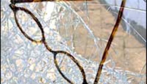 Brillene knuste i sammenstøtet med glassdøren.