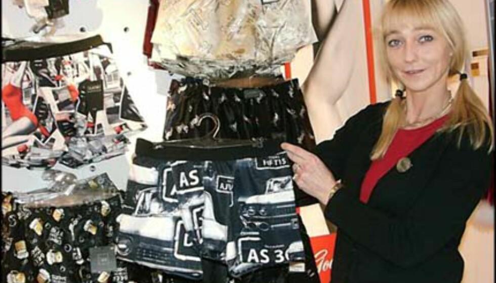 Boxer-shortser til gutta behøver ikke å være triste greier. Marie Halvorsen fra Beate Uhse viser litt av utvalget. Priser fra 120.- og oppover.