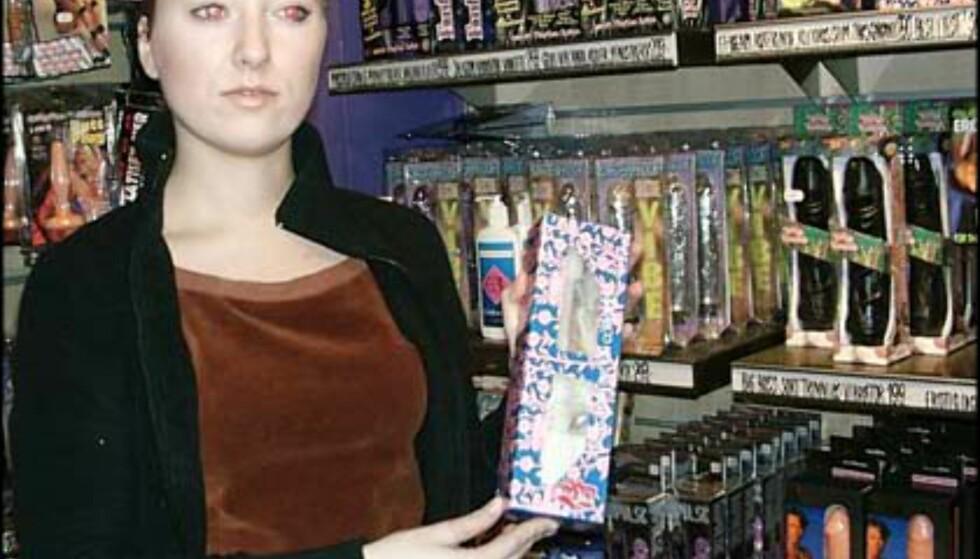 Anne Marie foran litt av Kondomeriets store utvalg.