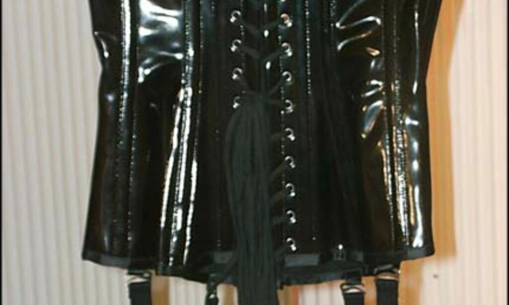 Beate Uhse har stort utvalg av korsetter.  Pris = fra 1200-1500.-