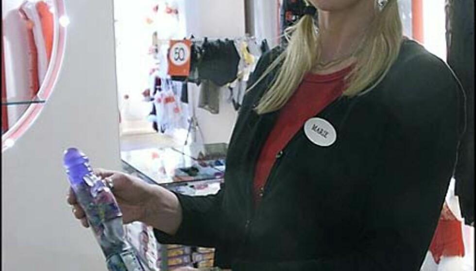 Marie Halvorsen - butikksjef hos Beate Uhse i Grensen - Viser en av storselgerne.  Pris = 1.000 kroner.