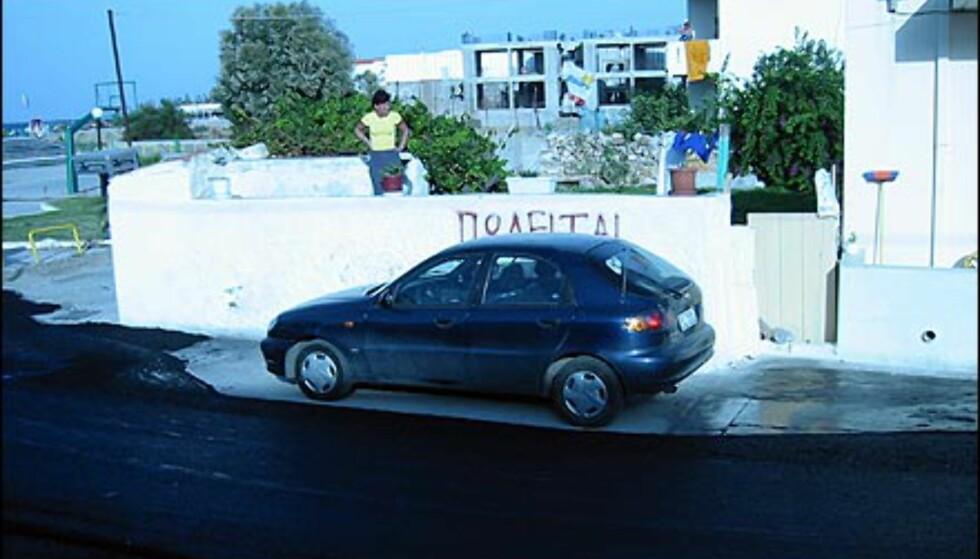 I Norge blir du tauet bort hvis du står i veien når gaten skal asfalteres. På Kreta er de ikke like strenge. Hvorfor sette i gang tauing når i stedet man kan asfaltere rundt?