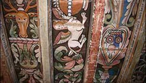 Takmaleriene er datert 1570, og du ser dem i to av slottets rom.
