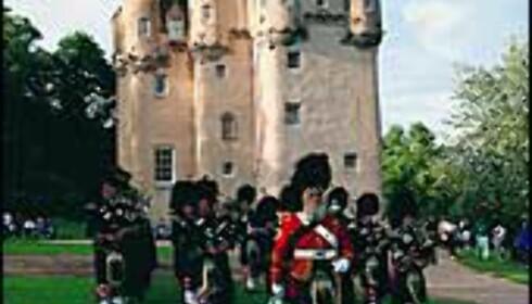 Craigievar Castle med Lonach Highlanders.<br /> <I>Foto: Aberdeen and Grampian Tourist Board</I> Foto: Aberdeen and Grampian Tourist Board