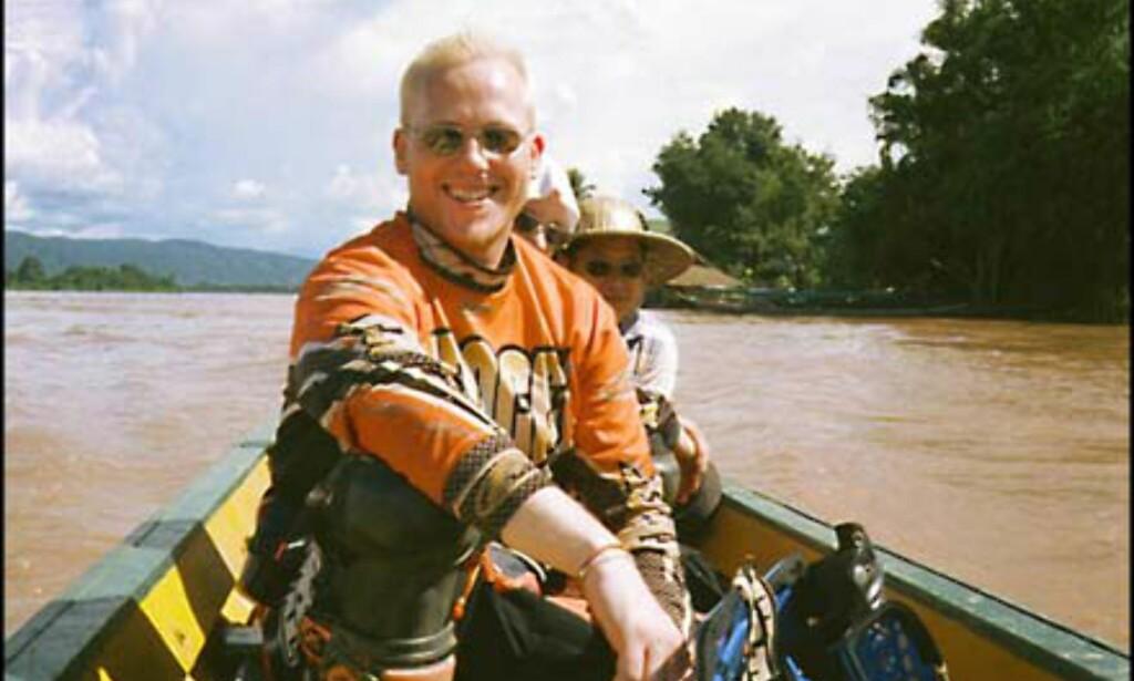 I båt over Mekong - iført MC-utstyr Foto: Øyvind Paulsen