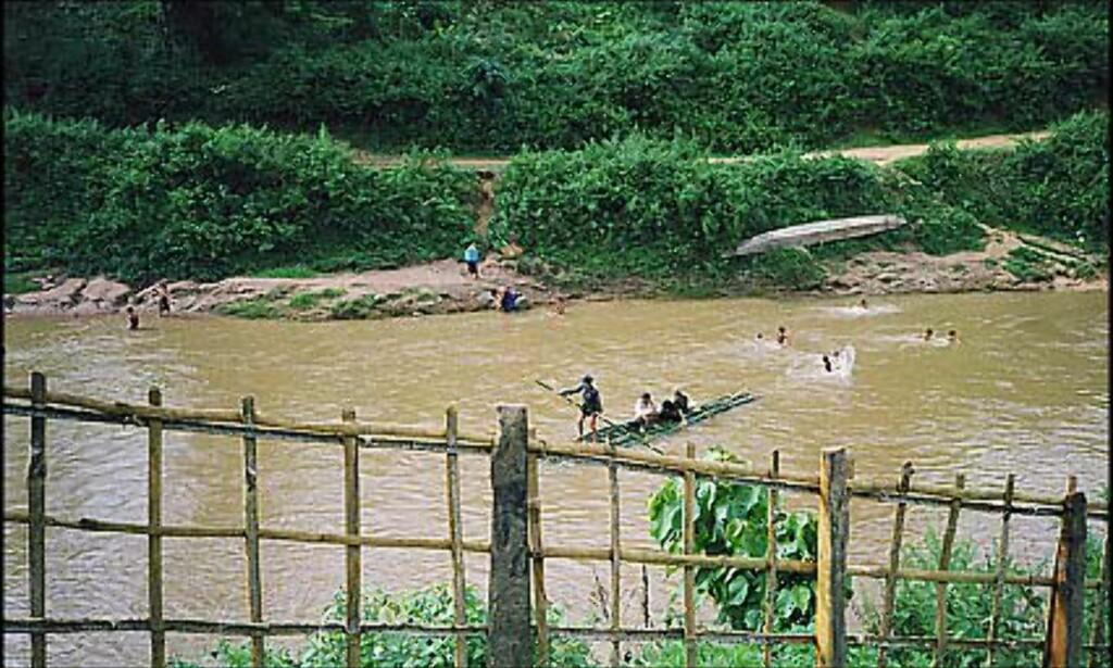 Landsbyens innbyggere: Her hentes drikkevann, og de vasker seg selv og klærne sine. Foto: Øyvind Paulsen