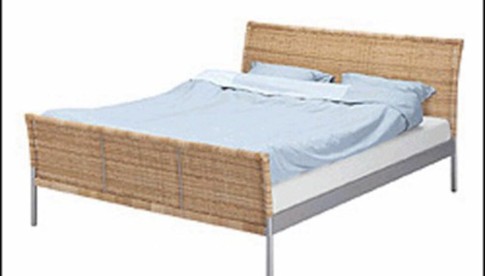 Sengen Sundnes fra Ikea har en enkel, lys skandinavisk stil. Og så koster den bare 1.625 kroner uten madrass.