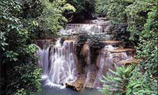 Thailand er mer enn strender. Inne i landet finner du tett jungel og mektige elver. Og som her - vakre fossefall. Foto: Tourismthailand.org