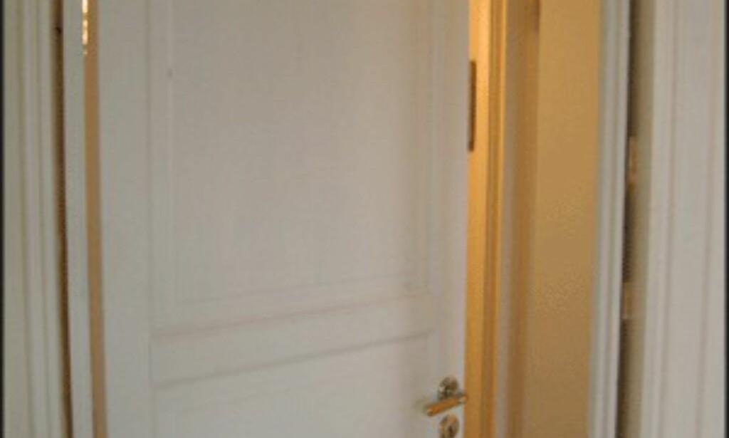 Denne døra var i umalt furu. Som hvitmalt gjør den rommet lysere. (Foto: Dag Yngve Dahle)