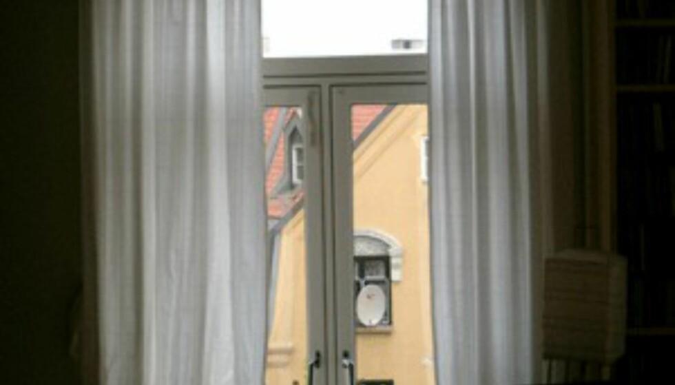 Lyse, lette gardiner gir boligen et luftigere og mer sommerlig preg. (Foto: Dag Yngve Dahle)