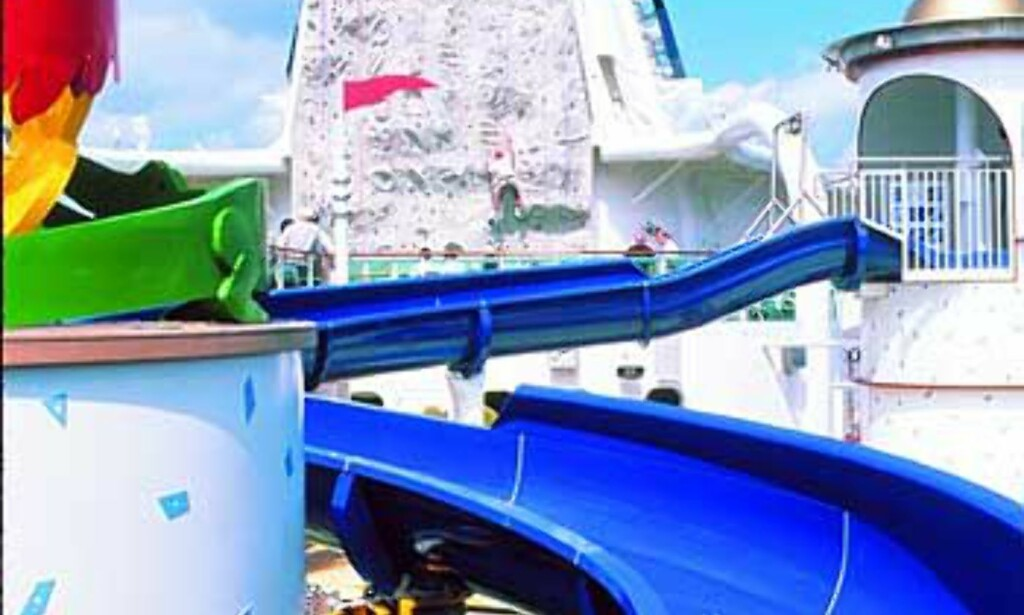 Badeglede ombord i verdens største cruiseskip, Adventure of the seas. I bakgrunnen ser vi klatreveggen ombord. Foto: RCCL