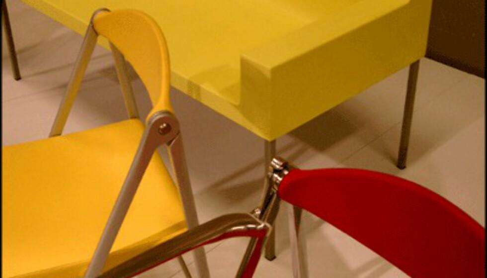Fargerik møbeldesign i plast fra Compasso d'Oro-utstillingen.  (Foto: Dag Yngve Dahle)