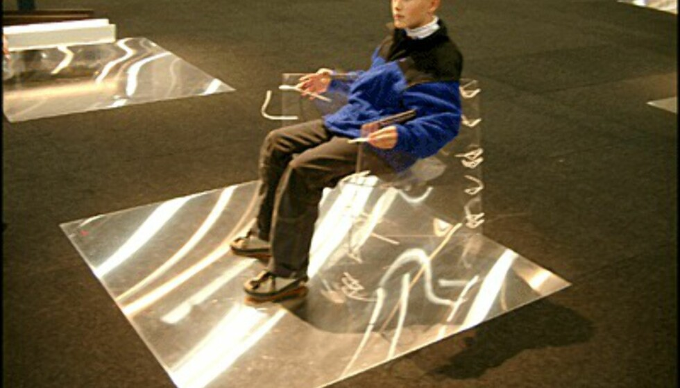 Gjennomsiktig stol fra Källemo. (Foto: Dag Yngve Dahle)