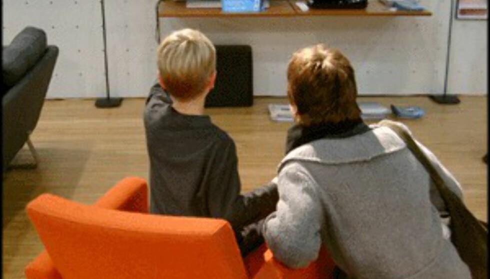 Oransje stol foran TV hos SMEG. (Foto: Dag Yngve Dahle)