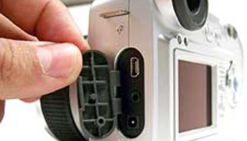 Bak denne gummiluka finner du tilkobling til TV, datamaskin samt 6 v strøm (bare USB-kabelen for tilkobling til PC/Mac medfølger)
